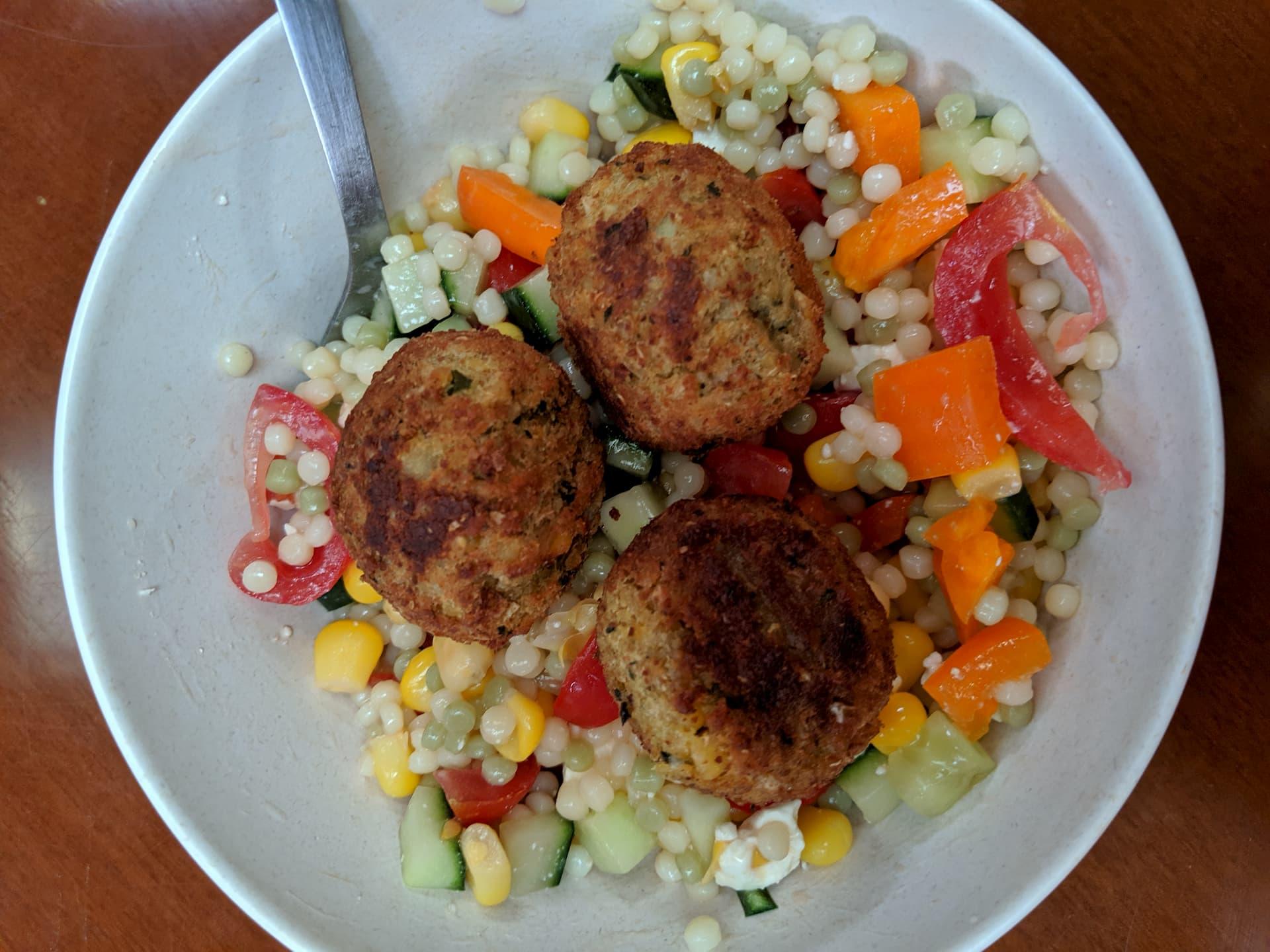 Salade de falafels, perles et légumes d'été