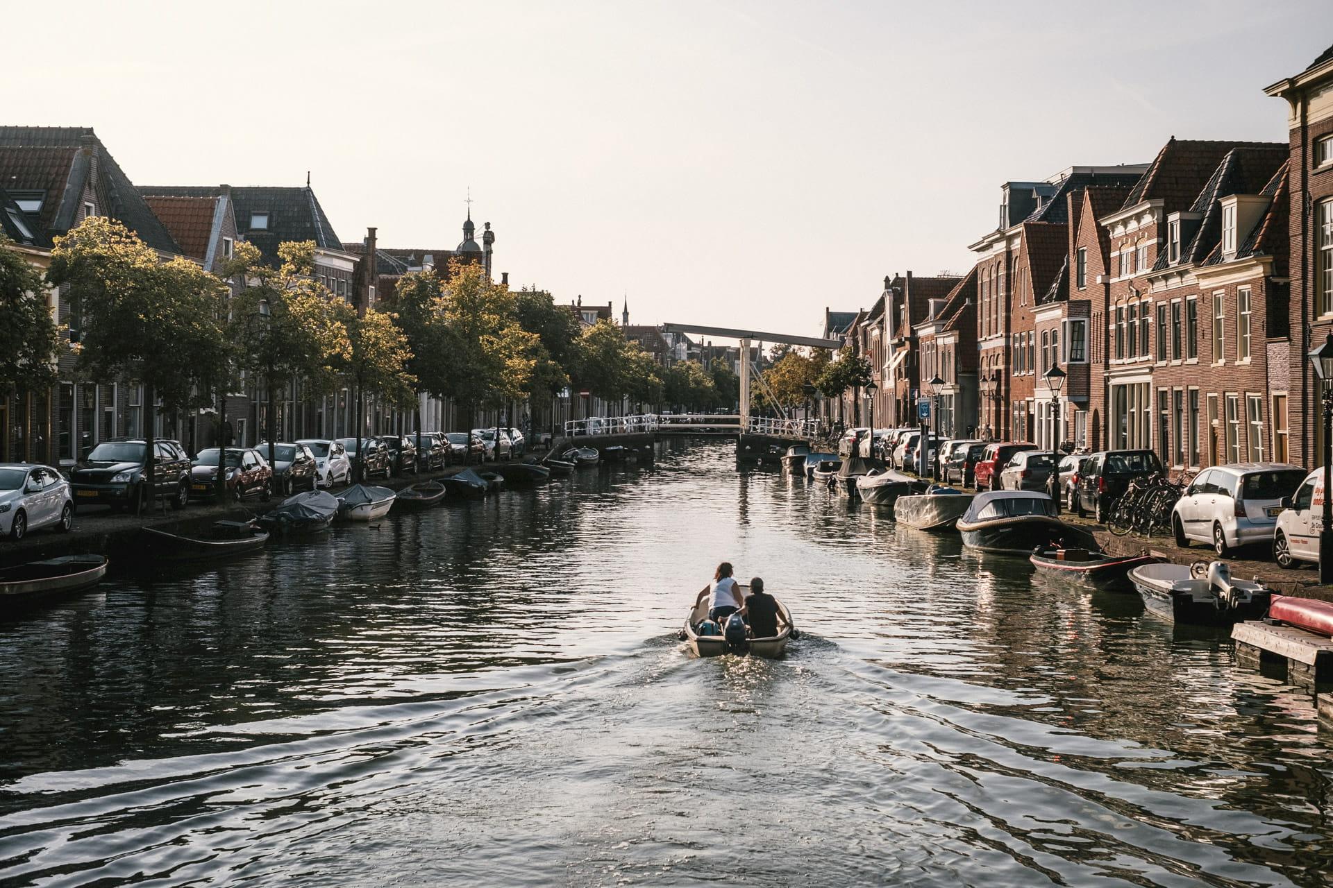 Alkmaar et ses canaux dans le centre-ville