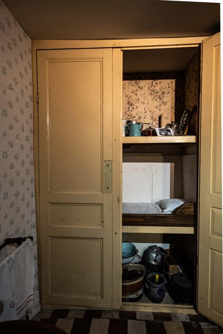 Un lit dans un placard de la maison de la Beurière